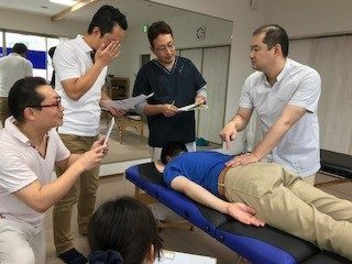 整体師に指導を行う院長の伊藤